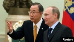 Orsýetiň prezidenti Wladimir Putin (s) we BMG-niň Baş sekretary Ban Ki-Moon (ç)