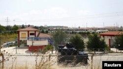 Полицейская бронемашина на окраине города в Турции. Иллюстративное фото.