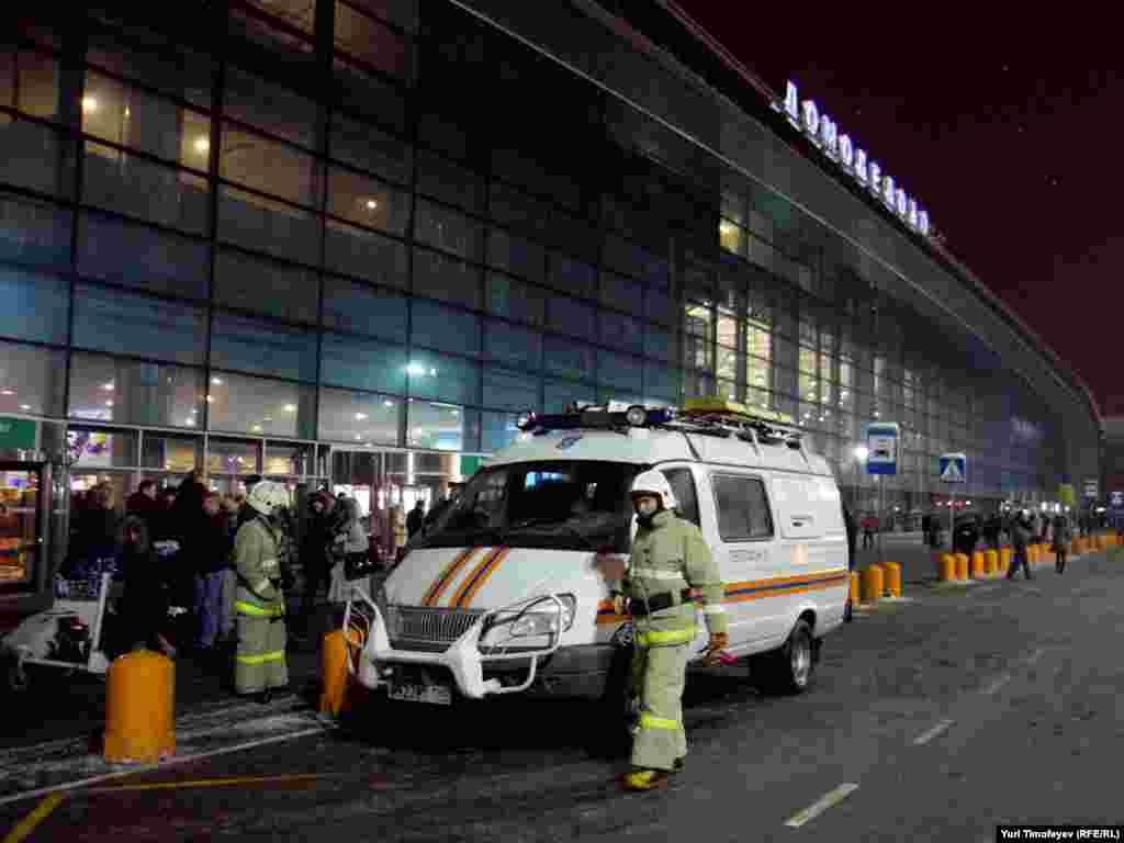 "Сотрудники МЧС работают на месте теракта в аэропорту ""Домодедово"""