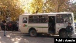 Ўзбекистонлик мардикорлар автобусда депортация марказига олиб кетилмоқда.