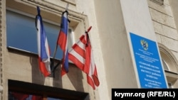 С утра на флагах на фасадах госучреждений появились траурные ленточки