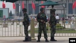 Тяньаньмэнь алаңын бақылап тұрған қытай полицейлері. Пекин, 4 маусым 2014 жыл.