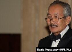 Жазушы Смағүл Елубай «Ақ жол» партиясының съезінде. Алматы, 27 қараша 2011 ж.
