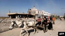 Palestinezët që ishin larguar nga shtëpitë e tyre në Rripin e Gazës kthehen për ta shikuar gjendjen e tyre pas sulmeve izraelite