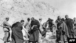 Кытай - 1959-жылы 10-мартта Тибетте кытай бийликтерине каршы козголоң башталган.Тибет кечилдерин коммунисттик Кытайдын элдик боштондук армиясы курчоого алып,камап жаткан учуру.1959-жылдын апрелинде тартылган сүрөт.