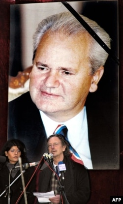 Peter Handke govori na skupu u Požarevcu organizovanom povodom smrti Slobodana Miloševića (18. mart 2006.)