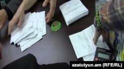 Սահմանադրության փոփոխությունների հանրաքվեի քվեաթերթիկների վերահաշվարկ ընտրատեղամասերից մեկում, 10-ը դեկտեմբերի, 2015թ․