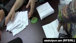 Քվեաթերթիկների վերահաշվարկ ընտրատեղամասերից մեկում, 10-ը դեկտեմբերի, 2015թ.