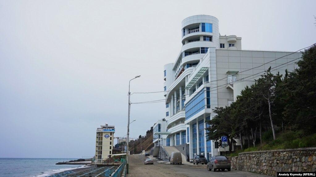 Скорее всего, перемены не коснутся курортного комплекса «Море», принадлежащего известному российского олигарху Александру Лебедеву. По неподтвержденной информации, реконструкцию особой зоны в Профессорском уголке профинансирует именно владелец «Моря»