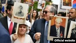 Президент Армении Армен Саркисян среди участников акции-шествия «Бессмертный полк», Ереван, 9 мая 2019 г.