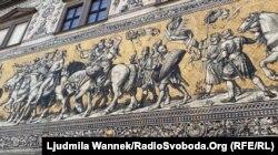 Панно «Княжа процесія» на Августштрассе із зовнішнього боку Кінного двору в комплексі Дрезденського замку-резиденції. Має в довжину 102 метри. Панно чудесним чином практично не постраждало під час бомбардувань Дрездена наприкінці Другої світової війни: довелося замінити всього лише 200 плиток