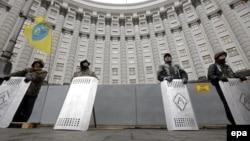 Ուկրաինացի ցուցարարները պահպանում են կառավարության շենքը, Կիև, 25-ը փետրվարի, 2014թ․