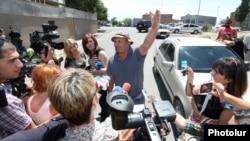 Бывший сотрудник администрации села Прошян беседует с журналистами, 29 июля 2013 г.