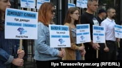 Rusiyeniñ Kyiv elçihanesi ögünde aktsiya, 2019 senesi iyülniñ 25-i