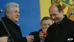 Москва показала свое отношение как к гостям саммита (слева - президент Молдавии Владимир Воронин), так и его организаторам (справа Траян Бэсеску)
