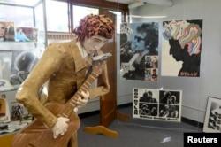 Боб Диланның Хиббинг қаласының жергілікті кітапханасында орналасқан музейіндегі әншінің жас кезінің қағаздан жасалған макеті. АҚШ, Миннесота штаты, 13 қазан 2016 жыл.