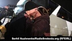 Фоторепортаж: як рідні та близькі звільнених під час обміну зустрічали їх у «Борисполі»