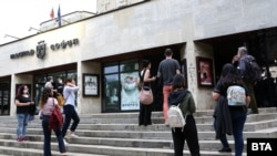 """На входа на откритата сцена на театър """"София"""" зрителите се изчакват на разстояние"""