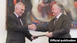 Pyotr Svitalsky (solda) Ermənistan prezidentinə etibarnaməsini təqdim edir
