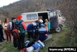 Рятувальники накладають шину потерпілій