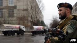 Окупована частина Донбасу. Бойовик охороняє вантажівки із так званого «гумконвою» з Росії (ілюстраційне фото)