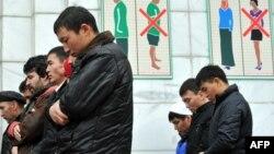 Мұсылмандар намаз оқып тұр. Алматы, 16 қараша 2010 жыл. (Көрнекі сурет)