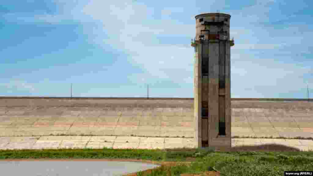 Вежа біля греблі, довжина якої становить 1,8 кілометра