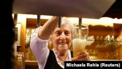 A 91 éves pincér, Kathi Kink csapol sört a dél-németországi Naringban