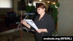 Ганна Бандарэнка чытае дыктоўку