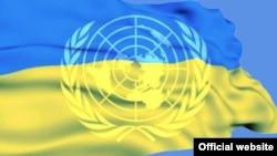 Emblema ONU și drapelul Ucrainei.