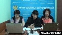 Сотрудники полиции проводят онлайн-конференцию, консультируя женщин, страдающих от бытового насилия. Актобе, 11 сентября 2013 года.