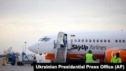Група медиків поблизу літака авіакомпанії SkyUp, який прилетів з китайського міста Ухань, лютий 2020 року, «Бориспіль», Україна