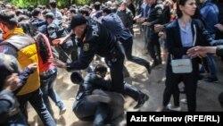 Разгон стихийного протеста против вынесения приговора активистам NIDA возле здания суда, 6 мая 2014.