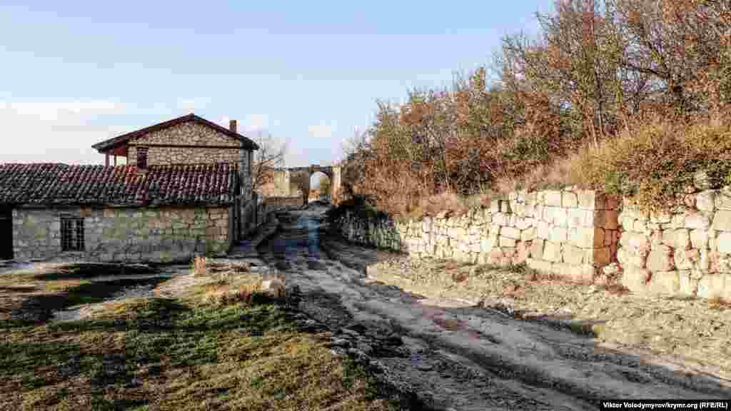Зліва розташована садиба караїмського письменника і археолога Аврама Фірковіча.