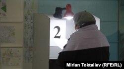 Один из избирательных участков во время выборов в Бишкекский городской кенеш. Архивное фото.