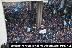 Митинг против сепаратизма и пророссийских сил под стенами крымского парламента, 26 февраля 2014 года
