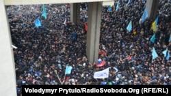 """Митинг сторонников территориальной целостности Украины и противостоявших им активистов партии """"Русское единство"""" у здания парламента в Симферополе, 26 февраля 2015 года"""