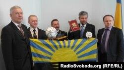 Сергій Ковальов (другий праворуч): можемо стати першими українцями, які підкорять Еверест із двох боків