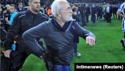 Во время футбольного матча ПАОК и АЕК Саввиди выбежал на поле, причем на поясе у него был пистолет
