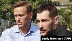 Ռուսաստան - Ալեքսեյ Նավալնին դիմավորում է բանտից դուրս եկած եղբորը, Օռյոլի շրջան, գյուղ Նարիշկինո, 29-ը հունիսի, 2018թ․