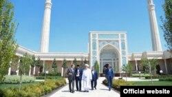 Президент Узбекистана Шавкат Мирзияев на территории мечети, строительство которой было инициировано шейхом Мухаммадом Садыком Мухаммадом Юсуфом. Ташкент, 10 мая 2019 года.