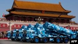 Стратегические крылатые ракеты наземного базирования DF-10 на площади в Пекине. Иллюстративное фото.