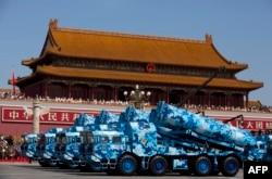 DF-10 – китайские крылатые ракеты наземного базирования во время парада