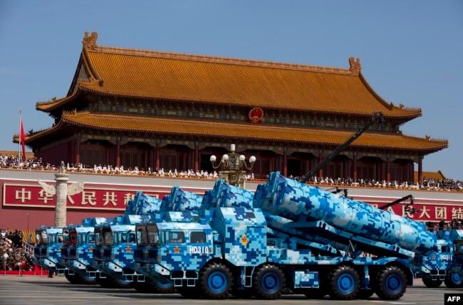 DF-10 - китайские крылатые ракеты наземного базирования во время парада
