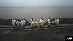 Рятувальники несуть тіла загиблих внаслідок катастрофи судна, 3 червня 2015 року