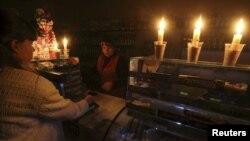 В магазине в Симферополе помещение освещается при помощи свечей. 22 ноября 2015 года.