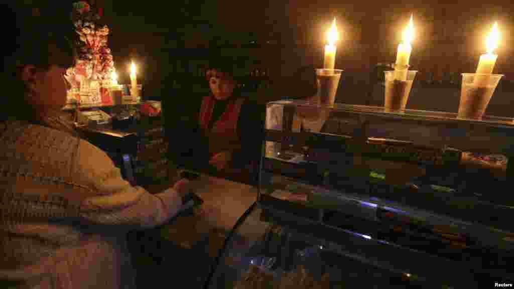 Продавець у Сімферополі працює при свічках