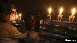 Прадуктовая крама, асьветленая сьвечкамі з-за адключэньня электраэнэргіі. Сімфэропаль, 22 лістапада 2015 году