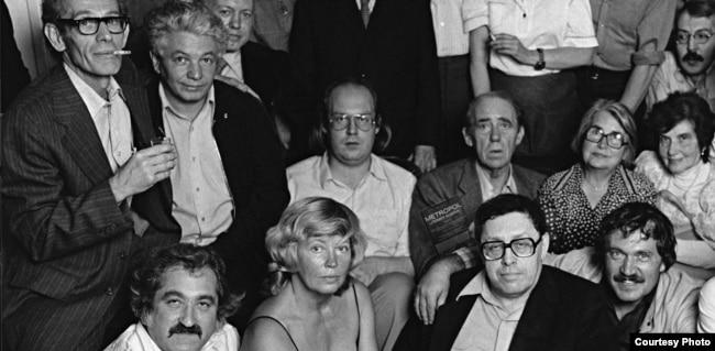 Владимир Войнович (стоит второй слева) и Генрих Бёлль (сидит в верхнем ряду третий справа)