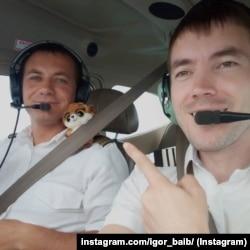 Александр Калинбет (слева) и Игорь Байбаков в самолете Cessna 182 на пути в ЦАР